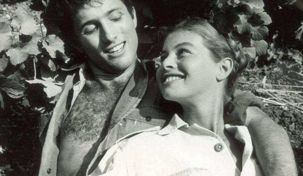 """אורי כהנא (אסי דיין) ומיקה (איריד יוטבת) מתוך """"הוא הלך בשדות""""."""